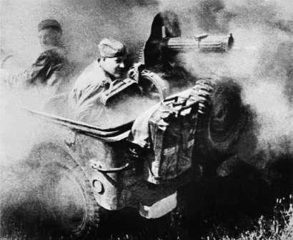 Американский первенец - Вилли. Героические бойцы Красной Армии ведут огонь из пулемета Максим на Willys MA