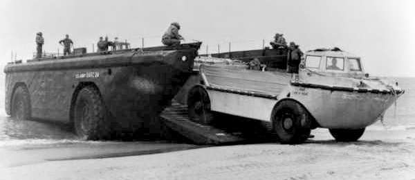 ВЕЗДЕХОД-АМФИБИЯ LARC-5 выгружается из LARC-15