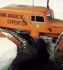 Икона среди снегоходов Tucker Sno-Cat. Арктическая экспедиция