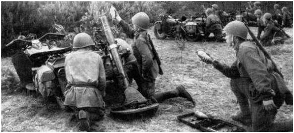 Советская Боевая, Гражданская и Спортивная мотолегенда. Минометный взвод на мотоциклах М-72 ведет огонь по противнику