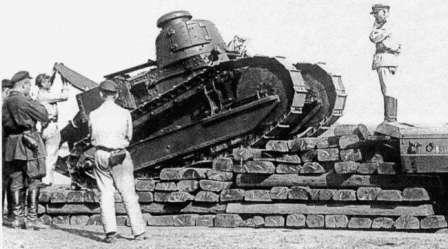 Советский первенец. Танк Рено Русский, погрузка на транспортную платформу