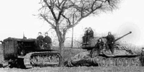 Средний артиллерийский тягач C-2 «Сталинец». Вытаскивает разутый Т-34 с поля боя