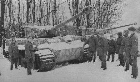 Тигры для Ворошилова. Победители Красноармейцы осматривают трофеи. Panzerkampfwagen VI Tiger. Pz.Kpfw.VI. Sd.Kfz.181. Tiger Ausf.H1