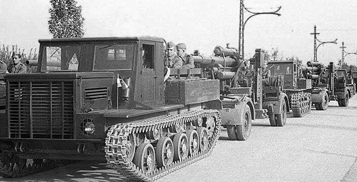 Я, Я, Я, 11, 12, 13. Тягачи Я-13 на марше со 150-мм гаубицей.