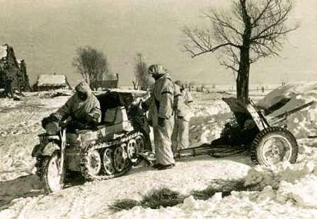 101-й целевой мотоцикл. Гусеничный мотоцикл-тягач SdKfz 2 Kettenkrad HK 101. Бойцы вермахта на позиции с орудием 37-мм Pak 35/36