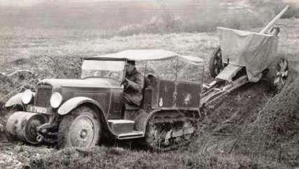 Citroen C4-P17 в 20 веке был главным гусеничным тягачом Французской армии. Тянет орудие.